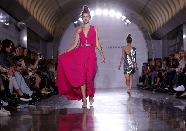 To właśnie sukienki wiodą prym w nowej kolekcji, ale kobiece bluzki, spódnice i marynarki również zostały zaprezentowane.