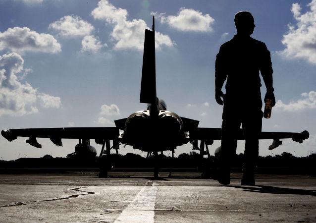 Brytyjski wojskowy na lotnisku