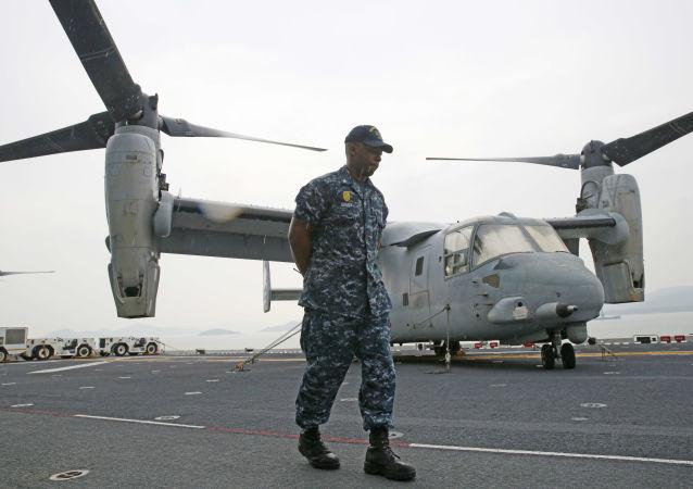 Amerykańscy żołnierze piechoty morskiej na pokładzie okrętu desantowego USS 'Bonhomme Richard'