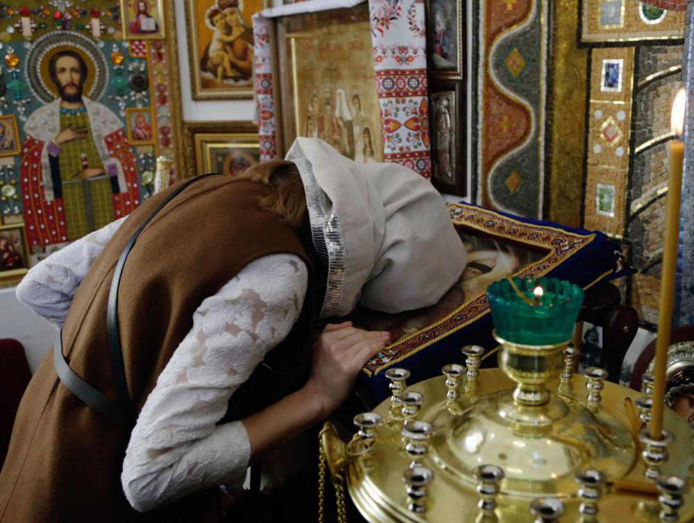 Według jej słów, w kaplicy umieszczone zostały bardzo rzadkie ikony ręcznej roboty. W tym podarowane przez nią samą oraz innych parafian.