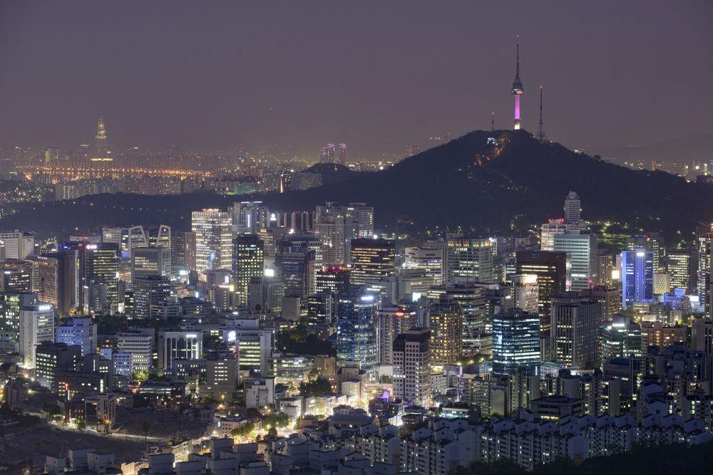 Seul, stolicę Republiki Korea, wielu nazywa miastem przyszłości. Nowoczesne wieżowce, modne samochody i drogie sklepy harmonijnie współistnieją z tradycyjnymi koreańskimi budynkami. Miasto leży nad rzeką Hangan.