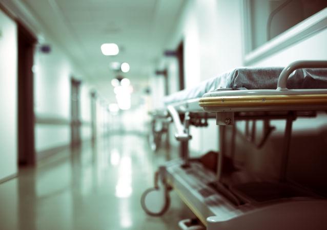 Pusty wózek na szpitalnym korytarzu