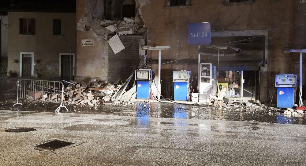 Zniszczone budynki po trzęsieniu ziemi we włoskiej wsi Visso
