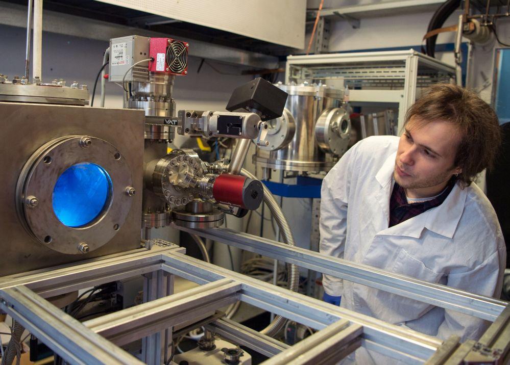 Pracownik obserwuje działanie generatora plazmowego w laboratorium Narodowego Badawczego Uniwersytetu Jądrowego MIFI w Moskwie.