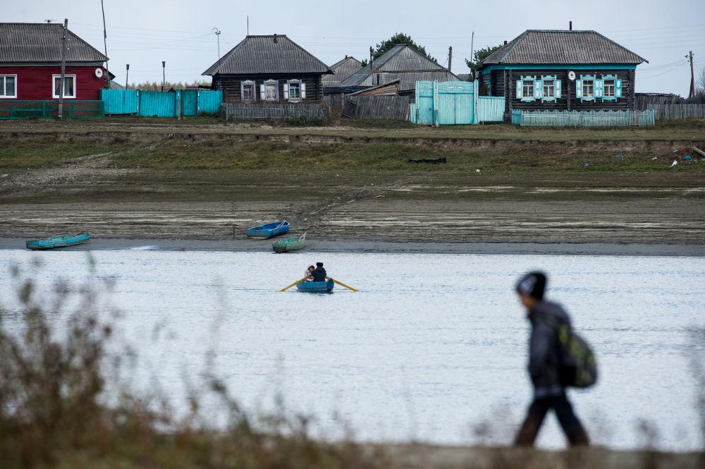 Każdego dnia po lekcjach Ajdar czeka na łódkę, która przewiezie go przez Irtysz do domu.