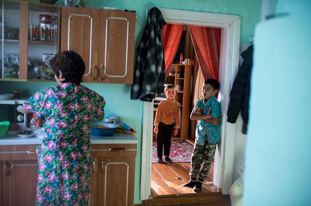 Ajdar wraz z mamą Gulnarą i bratem ciotecznym w swoim domu