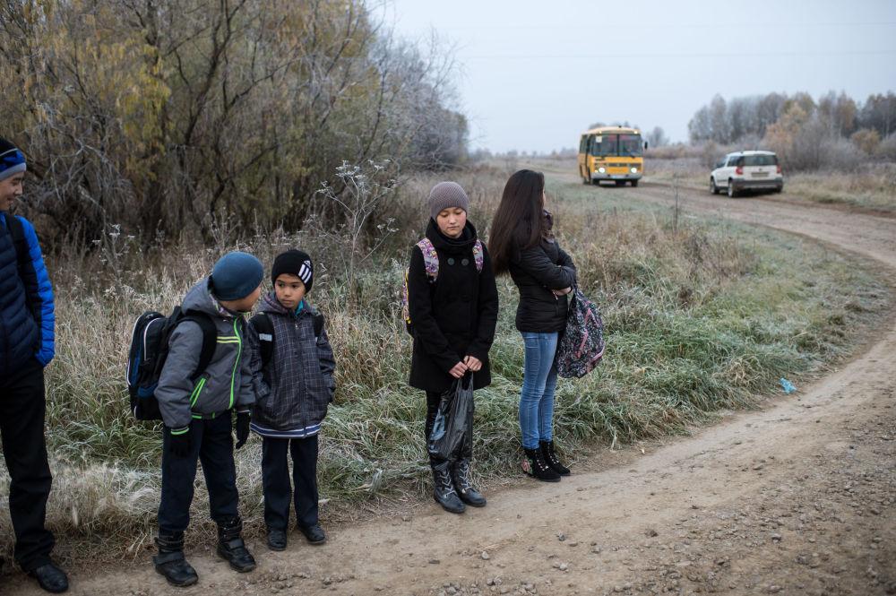 Uczniowie z omskiej wsi Sibiliakowo czekają na autobus