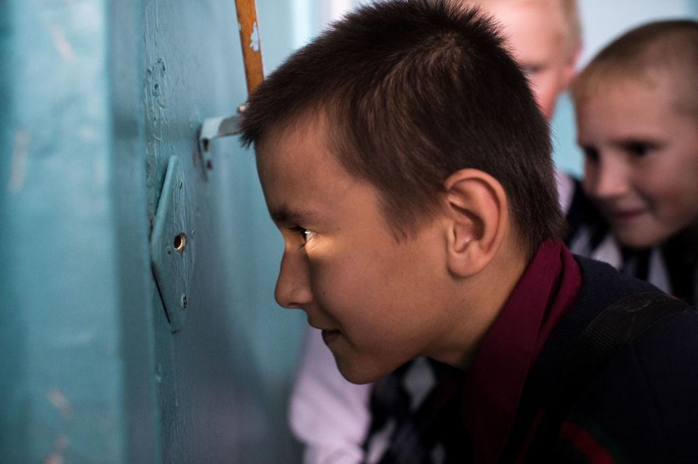 Dzieci podczas przerwy w szkole we wsi Butakowo w obwodzie omskim