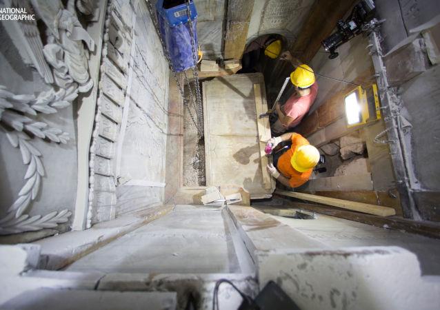 Archeolodzy zdejmują marmurową płytę z miejsca pochówku Chrystusa