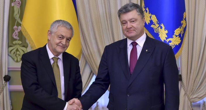 Ambasador Polski na Ukrainie Jan Piekło i prezydent Ukrainy Petro Poroszenko