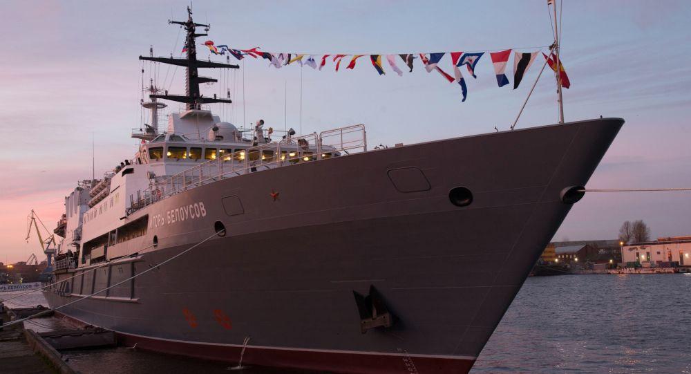 Uroczyste podniesienie flagi na okręcie ratowniczym Igor Biełousow w Petersburgu