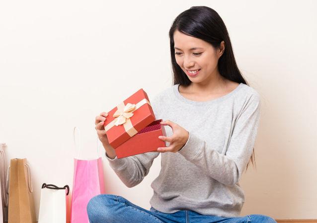 Dziewczyna rozpakowuje prezenty