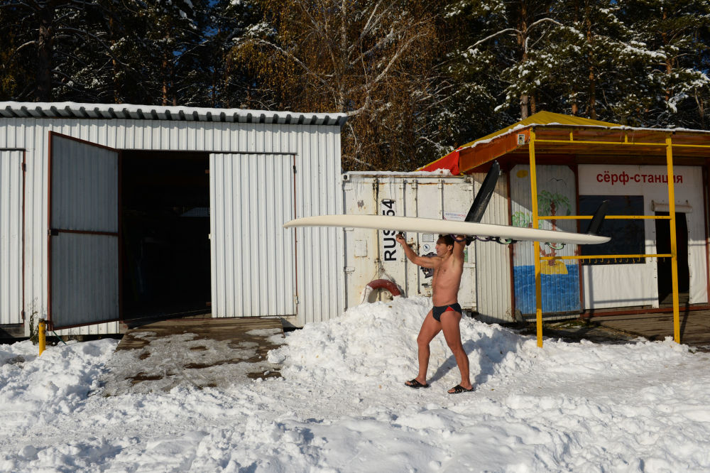 Sportowiec Aleksander Orłow uprawia windsurfing przy temperaturze około – 5 stopni na zbiorniku wodnym  elektrowni w Nowosybirsku.