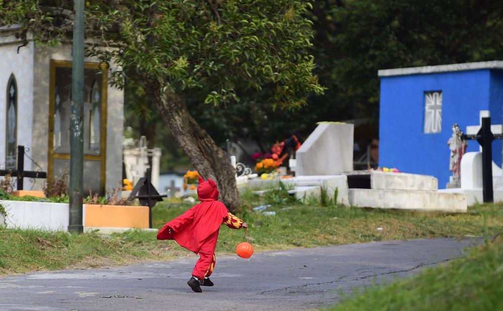 Chłopiec w przebraniu w Dniu Wszystkich Świętych w Meksyku
