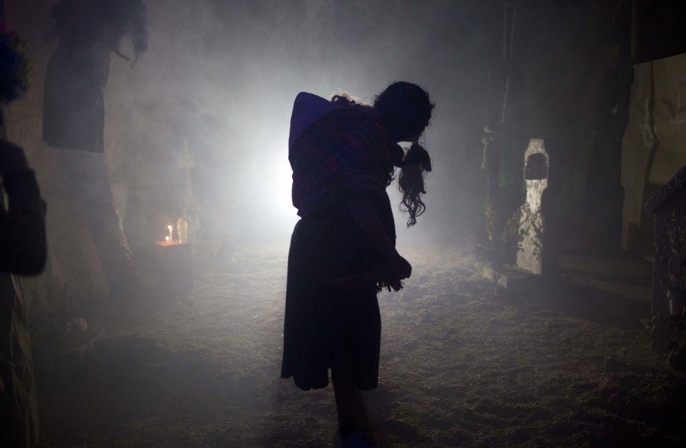 Mężczyzna występuje w Domu Strachów w Dniu Wszystkich Świętych w Boliwii