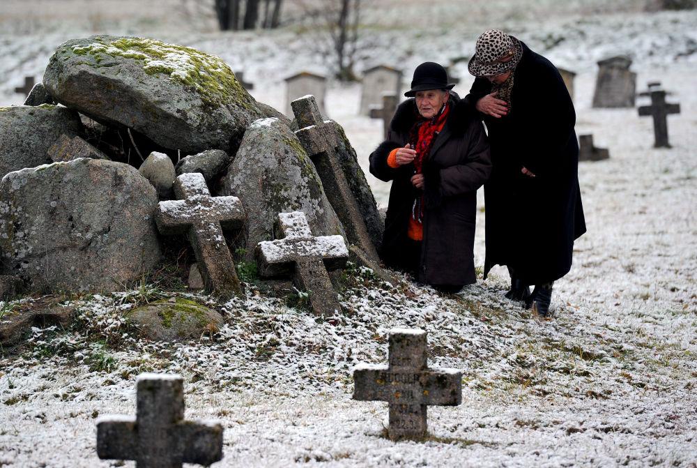 Starsze kobiety na niemieckim cmentarzu wojskowym na Białorusi w Dzień Wszystkich Świętych
