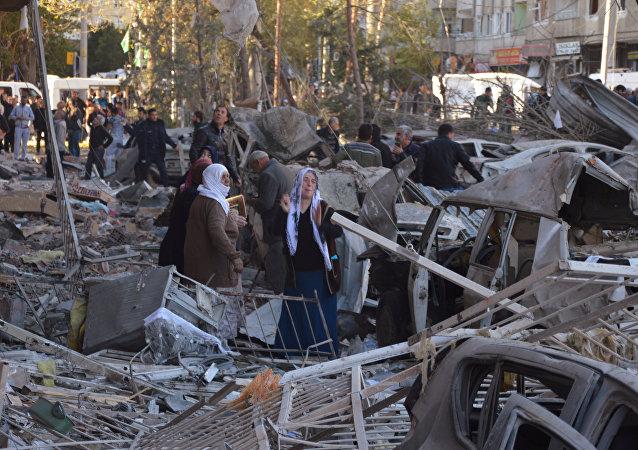 W wybuchu samochodu pułapki w mieście Diyarbakir na południowym wschodzie Turcji zginęło 8 osób, a ponad 100 zostało rannych
