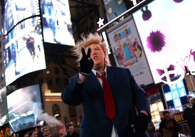 Człowiek w masce z wizerunkiem Donalda Trumpa na Times Square w Nowym Jorku