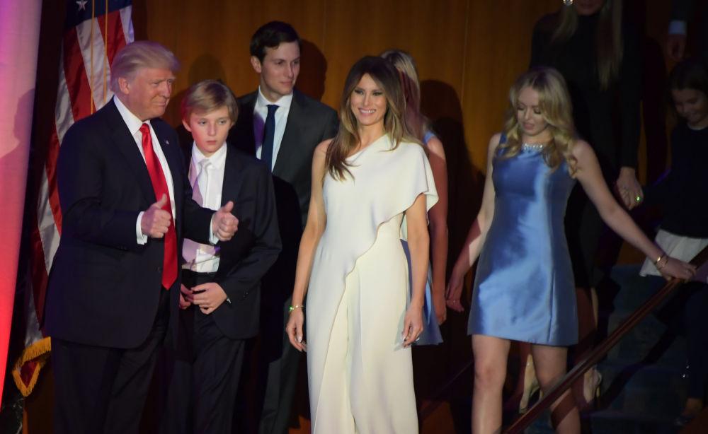 Nową Pierwszą Damą USA została 46-letnia modelka pochodzenia słoweńskiego, projektantka biżuterii Melania Trump. Na zdjęciu: zwycięzca wyścigu do Białego Domu Donald Trump z żoną Melanią i synem Williamem Barronem.