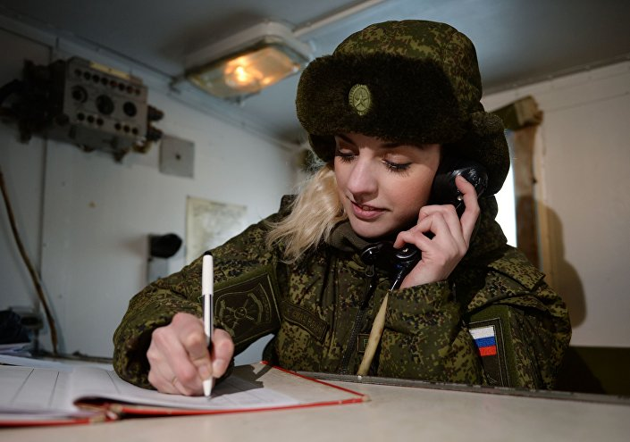Radiotelegrafistka nowosybirskiej formacji rakietowej na stanowisku mobilnym.