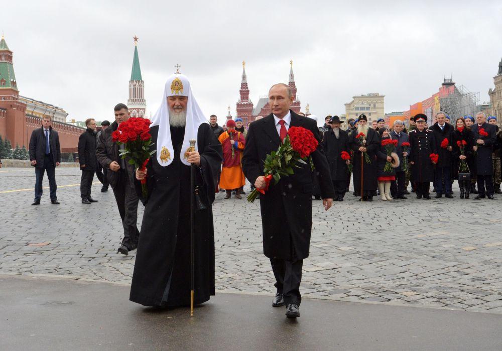 Patriarcha moskiewski i całej Rusi Cyryl i Władimir Putin podczas uroczystego złożenia kwiatów pod pomnikiem Minina i Pożarskiego na Placu Czerwonym w Moskwie