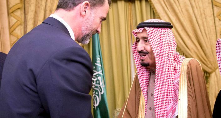 Król Hiszpanii Filip VI i król Arabii Saudyjskiej Salman ibn Abd al-Aziz Al Su'ud  w Rijadzie. Zdjęcie archiwalne