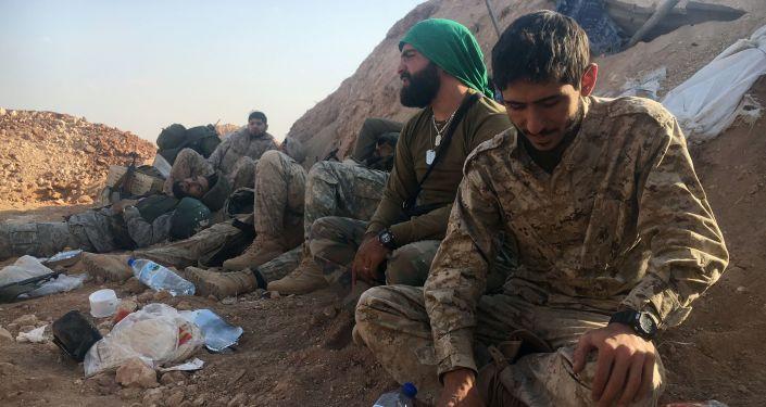Żołnierze syryjskiej armii i powstańcy ostrzeliwani z moździerzy na południu Aleppo