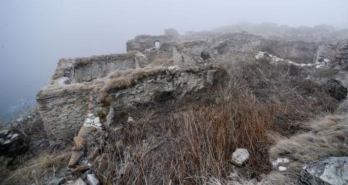"""W starożytnym aule Hoj, co tłumaczy się jako """"osada strażników"""", zachowały się ruiny kamiennych domów."""