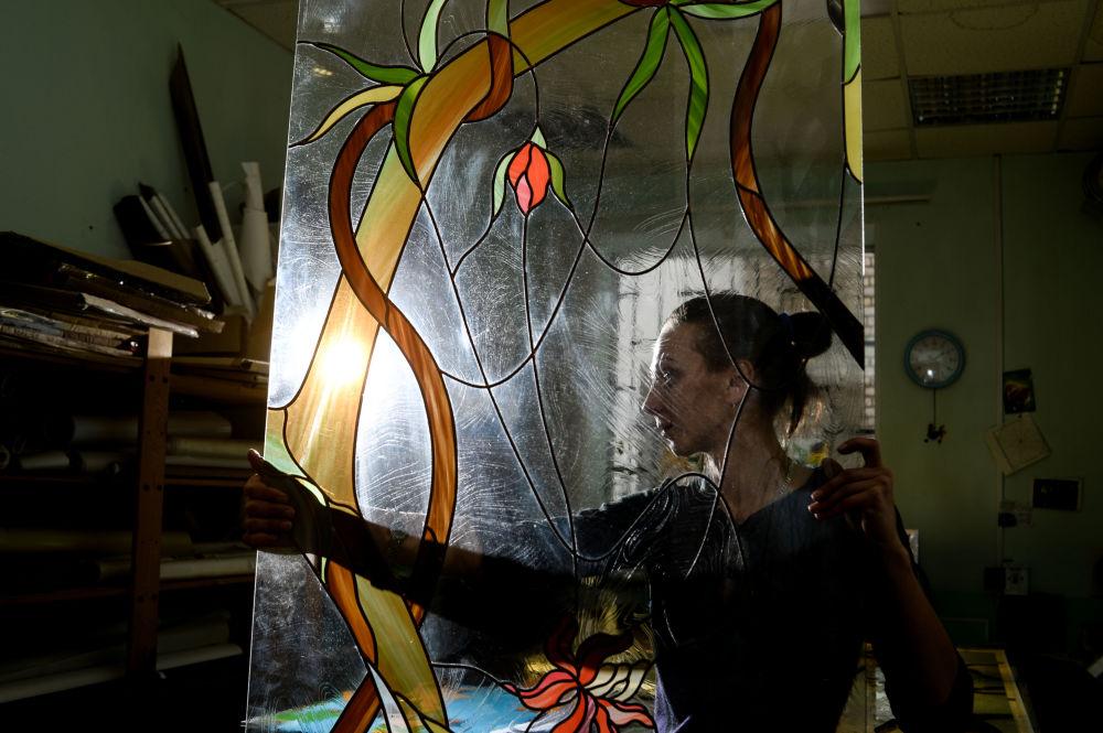 Witraże - ozdobne wypełnienie okna, wykonane z kawałków kolorowego szkła wprawianych w ołowiane ramki osadzone między żelazne sztaby. Od wieków zdobią świątynie.