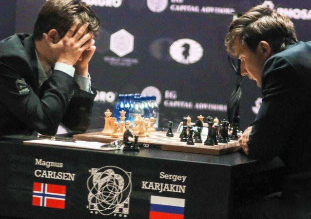Siergiej Kariakin i Magnus Carlsen przy rozgrywce szachowej