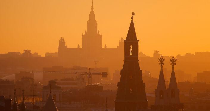 Widok na budynek Uniwersytetu Moskiewskiego