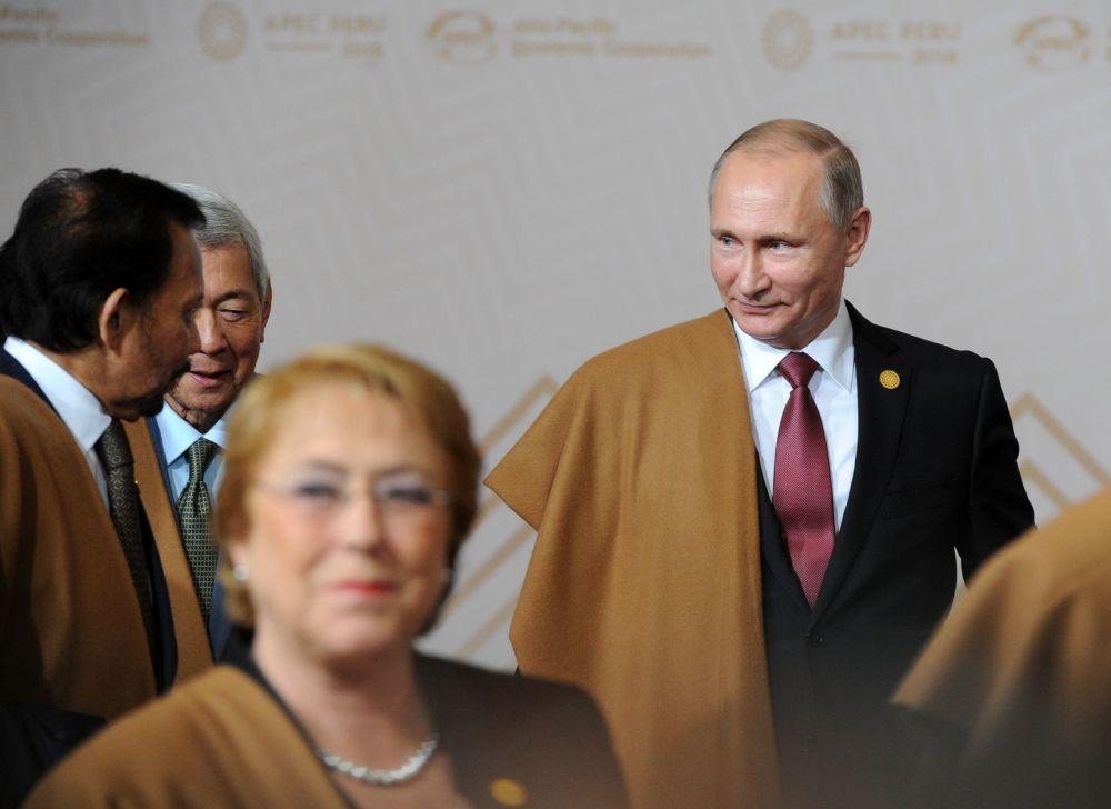 Władimir Putin w pelerynie z wikunii podczas szczytu APEC w Peru