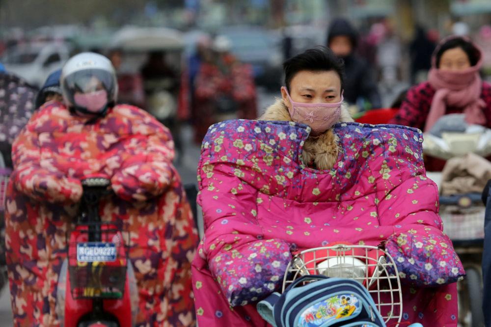 Motocykliści w specjalnych kurtkach chroniących przed zimnym wiatrem podczas mrozów w Chinach