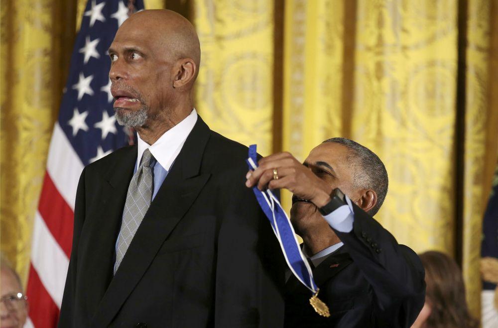 Prezydent USA Barack Obama podczas ceremonii nagrodzenia koszykarza Kareema Abdul-Jabbara