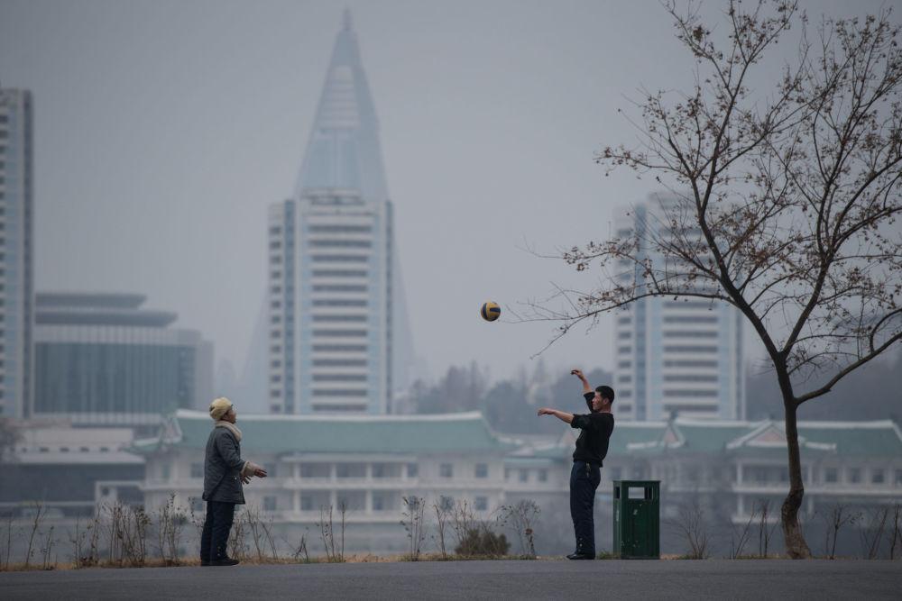 Dwóch mężczyzn gra w piłkę nożną w Pjongjangu