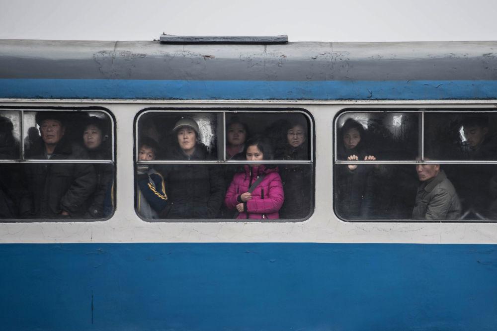 Pasażerowie w tramwaju w Pjongjangu