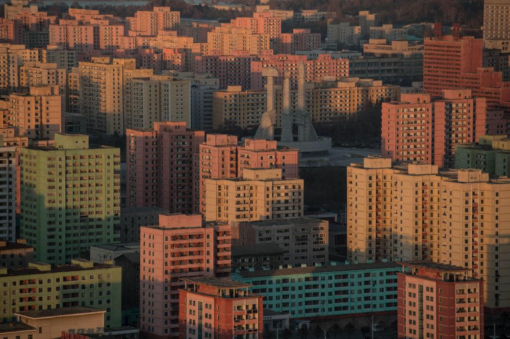 Budynki mieszkalne i pomnik założenia Partii Pracy Korei w Pjongjangu