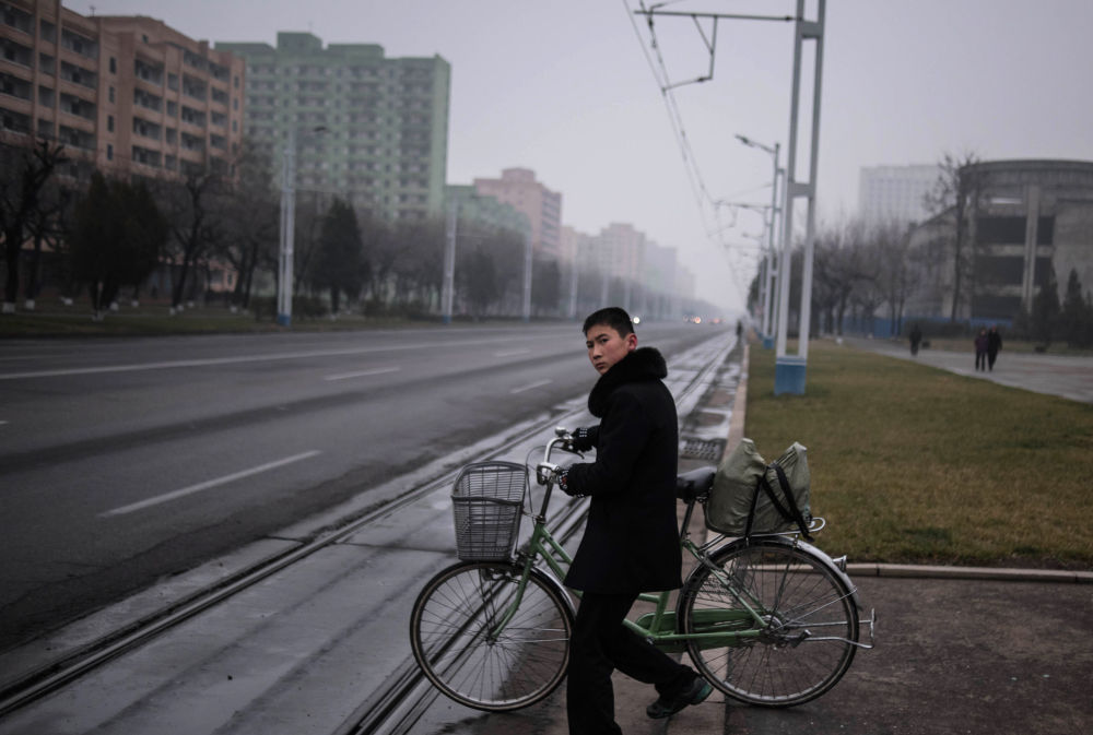 Rowerzysta na ulicy Pjongjangu