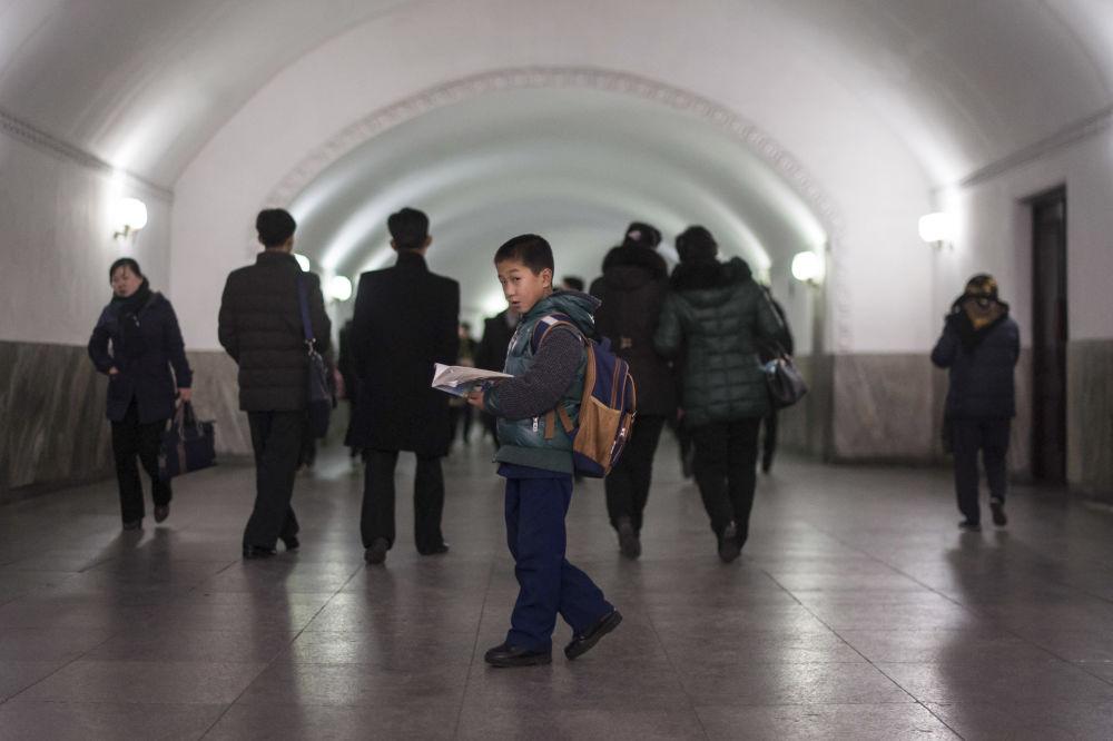 Pasażerowie w metrze Pjongjangu