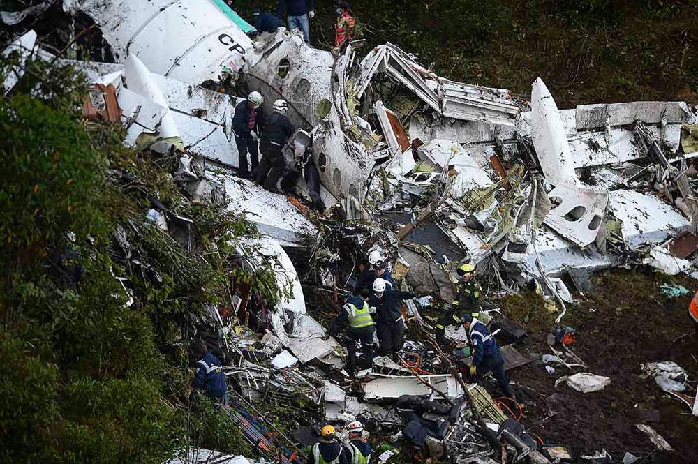 Samolot przełamał się w powietrzu na dwie części, ale nie wybuchł.
