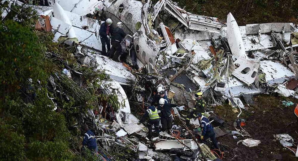 Ratownicy na miejscu katastrofy lotniczej samolotu Lamia Bolivia w Kolumbii
