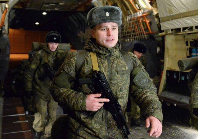 Zespół rosyjskich snajperów na pokładzie samolotu na lotnisko Czkałowski przed wylotem do Syrii