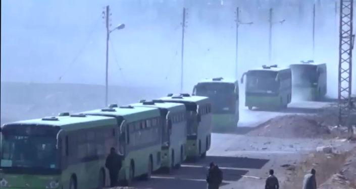 Rebelianci wraz ze swoimi rodzinami składają broń i opuszczają miasto, Syria, 2 grudnia 2016