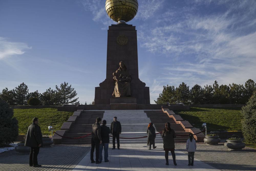 Pomnik Szczęśliwej Matki na Placu Niepodległości w Taszkencie.
