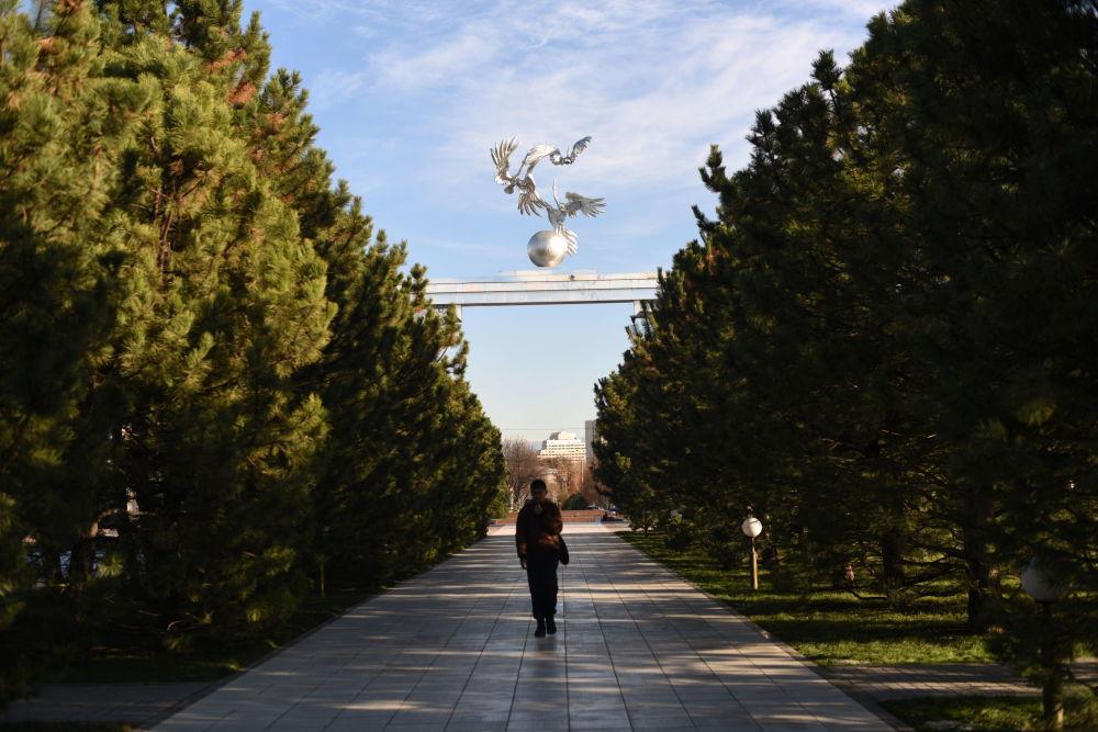 Rzeźba na Placu Niepodległości w Taszkencie