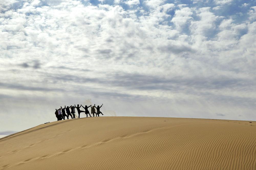 Turyści na pustyni Mesr w Iranie