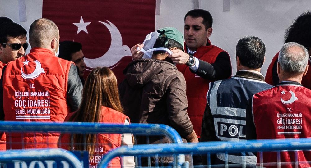 Przybycie imigrantów deportowanych z Grecji do tureckiego portu Izmir
