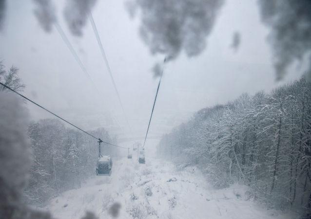 Gorki Gorod jest tradycyjnie już pierwszym kurortem spośród kurortów Krasnej Polany, który otwiera swoje trasy dla narciarzy i snowboardzistów.