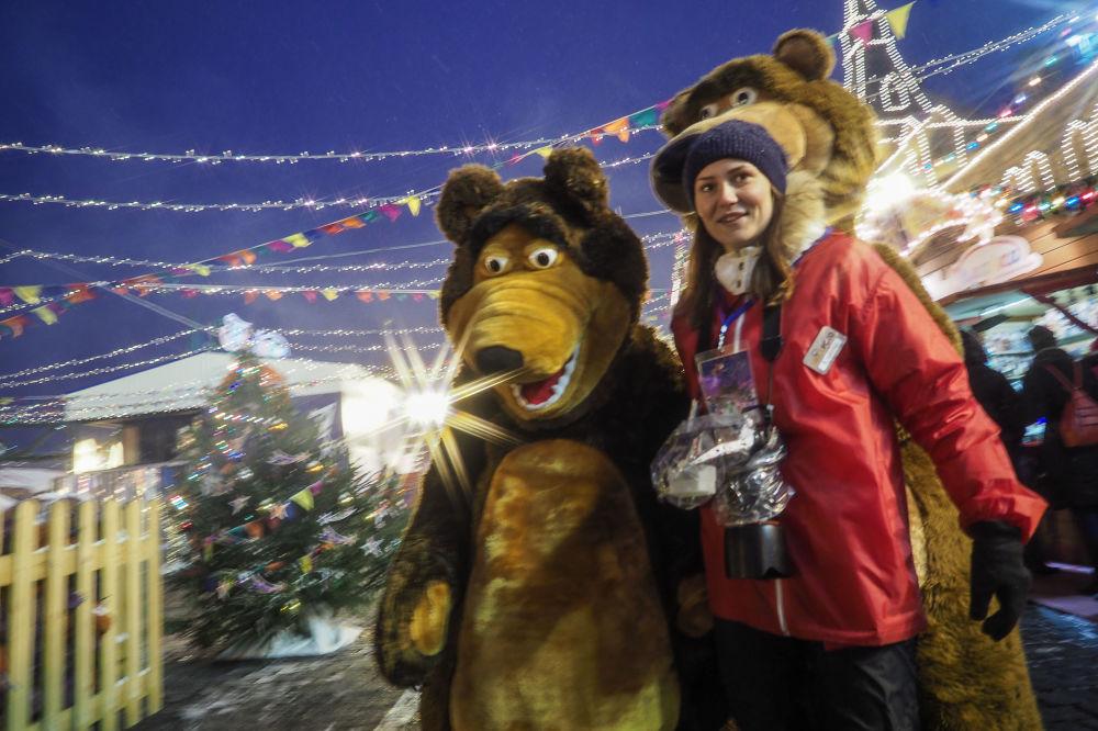 Odwiedzająca jarmarku przy GUM-ie na Placy Czerwonym w Moskwie