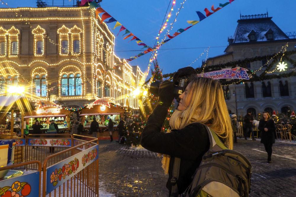 Dziewczyna na jarmarku przy GUM-ie na Placu Czerwonym w Moskwie